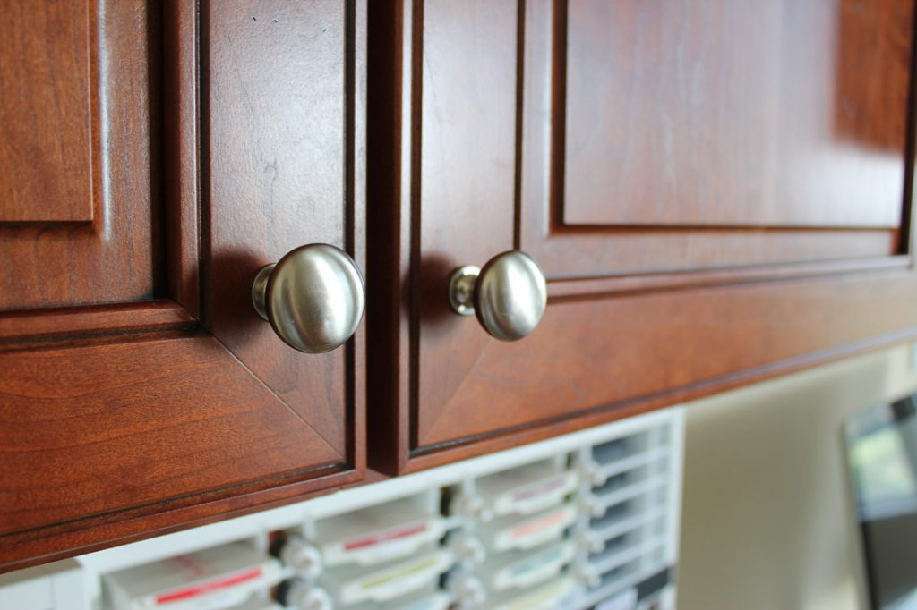 Knobs-that-contrast-to-the-cabinet-color.]
